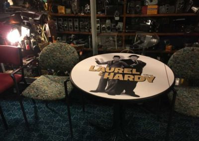 time-cinema-laurel-hardy-table